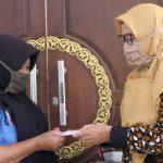 Baksos Dharma Wanita IAIN SNJ Ringankan Beban Karyawan Di Tengah Wabah Covid 19